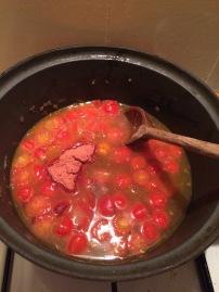 Bouillon van kip koken toevoegen aan de tomaatjes en het mixpoeder